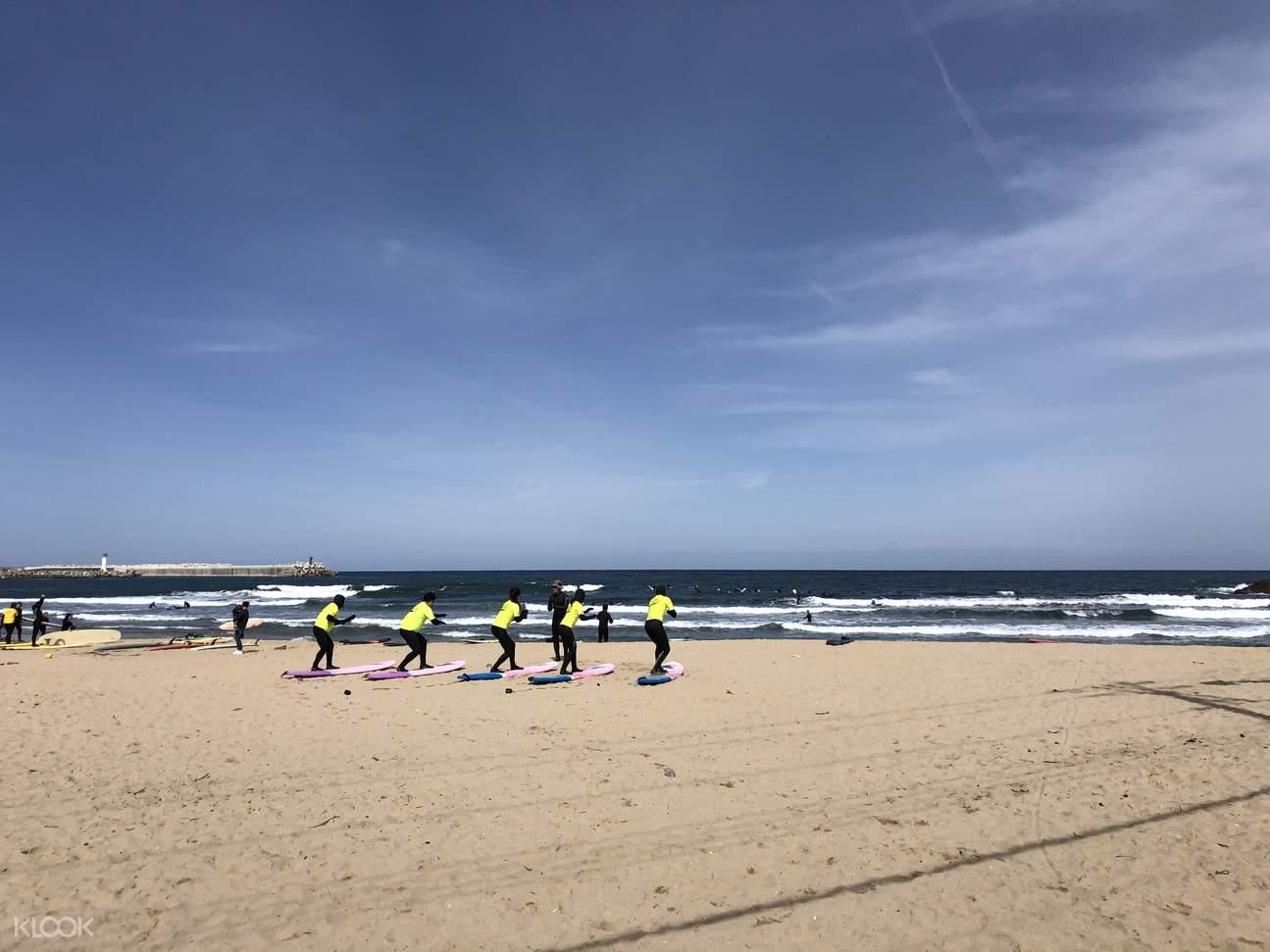 최고의 강사진들이 소수정예로 수업을 진행하므로 초보자들도 쉽게 서핑을 배울 수 있습니다.
